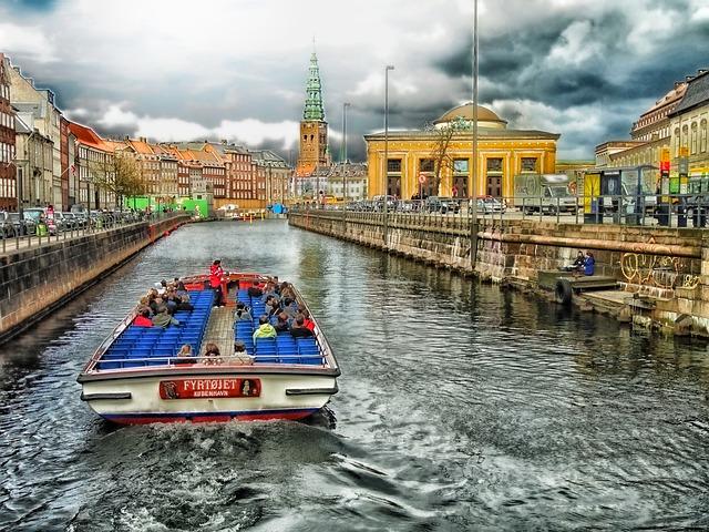 člun s turisty