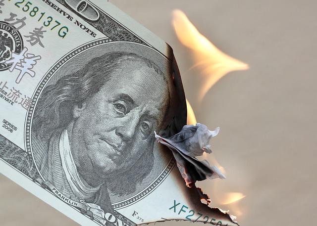 hořící bankovka