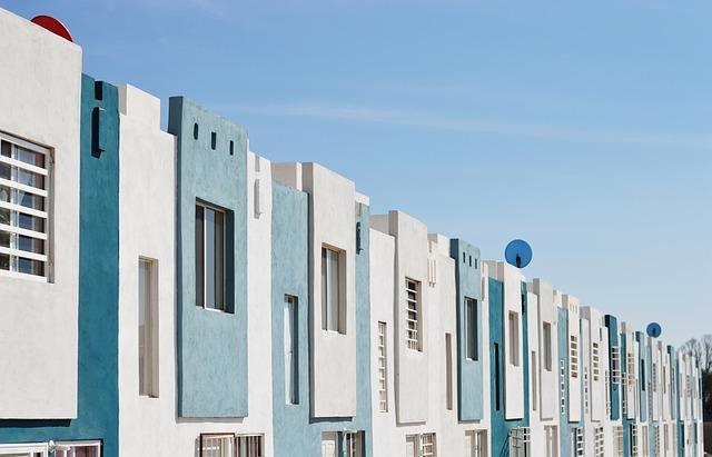 modrobílé domy