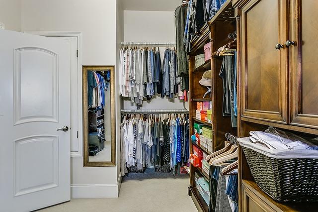 oblečení v šatně