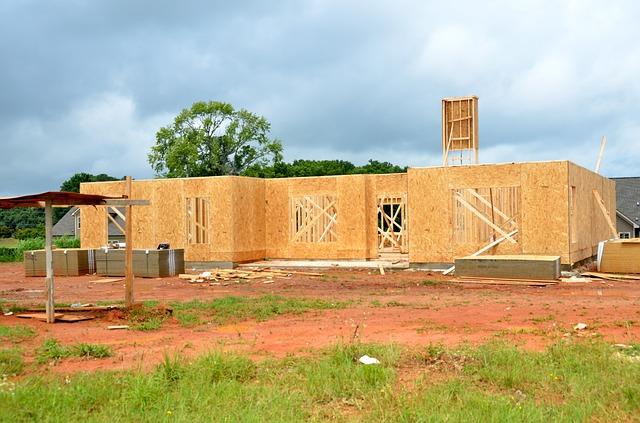 rozestavěný dřevěný dům